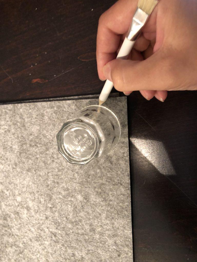 Vorgezeichnet wird das Täschchen mit Hilfe eines kleinen Schnapsgläschens